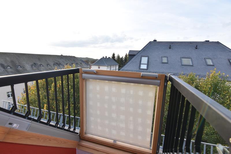 expos zwei raum dachgeschosswohnung in hartmannsdorf mit dachaustritt. Black Bedroom Furniture Sets. Home Design Ideas